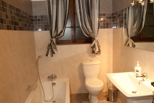 Tilmun Farmhouse bathroom